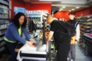 選手に水などを確保する為、買物中